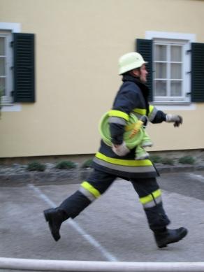 Unsere Feuerwehr läuft so schnell, dass sie nicht einmal den Boden berühren muss.